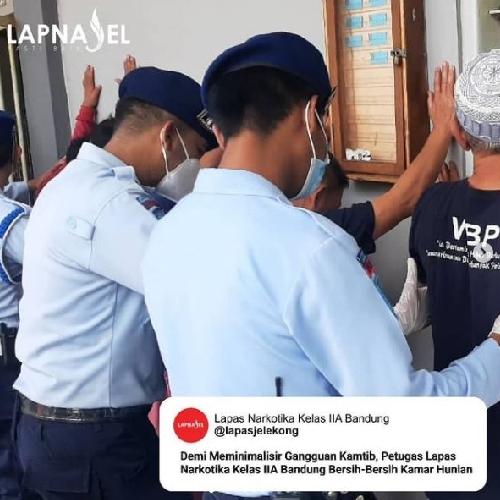 Demi Meminimalisir Gangguan Kamtib, Petugas Lapas Narkotika Bandung Bersih-Bersih Kamar Hunian
